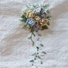 티슈커버에 놓아본 간단한 로즈부케ᆢ #프랑스자수허당수경 #캐스트온로즈스티치 #로즈 #티슈커버 #발다니수실 Cushion Embroidery, Floral Embroidery Patterns, Crewel Embroidery, Hand Embroidery Designs, Beaded Embroidery, Embroidered Roses, Creative Embroidery, Brazilian Embroidery, Ribbon Work