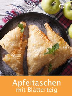 Homemade apple bags with puff pastry and cinnamon taste heavenly. With f … - Essen Fritters, Cornbread, Baked Goods, Cinnamon, Bakery, Deserts, Clean Eating, Food And Drink, Apple