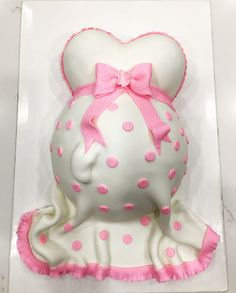 Baby shower belly cake tutorial by Liliana da Silva from Sugarella Sweets Cake Decorating Techniques, Cake Decorating Tutorials, Baby Shower Cakes, Baby Boy Shower, Minni Mouse Cake, Baby Belly Cake, Pregnant Belly Cakes, Chevron Cakes, Food Cakes