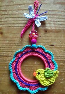Free crochet pattern for round frame Crochet Wreath, Crochet Diy, Crochet Birds, Crochet Amigurumi, Crochet Motifs, Crochet Home, Crochet Crafts, Crochet Flowers, Crochet Projects
