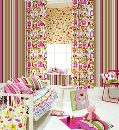 We are focusing on the wallpaper in this picture, which is called Jet Set (tropical).