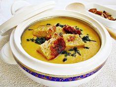 Nu prea ne omorâm noi după această legumă, dar o pregătesc în diverse combinații și rezultă niște mâncăruri tare bune, cum este această supă cremă de dovlecel cu crutoane usturoiate. Porții: 4 Timp de preparare: 45 minute Cheeseburger Chowder, Thai Red Curry, Soup, Ethnic Recipes, Lifestyle, Baby, Babys, Soups, Baby Humor