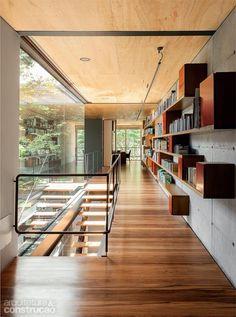 Vidros integram casa paulistana à rua e ao jardim interno - Casa: