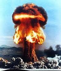 La bomba atómica fue desarrollada por Estados Unidos durante la Segunda Guerra Mundial gracias al Proyecto Manhattan, y es el único país que ha hecho uso de ella en combate (en 1945, contra las ciudades japonesas de Hiroshima y Nagasaki).