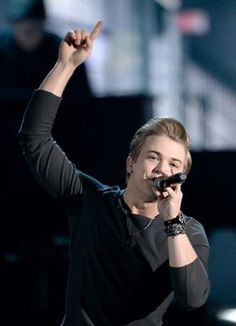 Hunter Hayes sings inspirational new song 'Invisible' at Grammy Awards