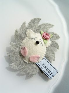 Felt Hedgie with rose adornment. Fabric Toys, Felt Fabric, Fabric Animals, Felt Animals, Felt Christmas, Christmas Crafts, Arts And Crafts, Diy Crafts, Penny Rugs