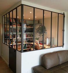 Despacho en el salón cerrado con vidriera