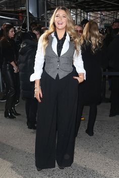 Blake Lively Wore the Spring Trend Everyone Will Wear With Anti–Skinny Pants Blake Lively, Gossip Girl, Spring Trends, How To Look Classy, Office Outfits, Wide Leg Trousers, Skinny Pants, Fashion Pants, Her Style