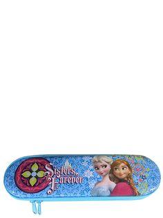 Vetoketjulla suljettavaan Frozen-penaaliin on kiva sujauttaa kynät ja kumit. Metallista penaalia koristaa Annan ja Elsan kuva. Koko: 6,5 x 21 x 2,6 cm.