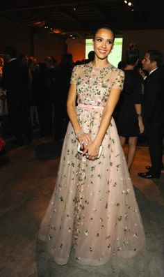 Jessica Alba, always a fashion inspiration. Looking simply elegant and youthful in this floral dress. #latinafashion