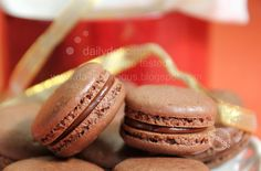 dailydelicious: macarons cioccolato con Marte Ganache: Regalo speciale per la persona che ami!Per i macarons    110 g zucchero a velo 65 g mandorle tritate (o fette di mandorle *) 13 g Cacao olandese 60 g albumi, a temperatura ambiente 20 g zucchero semolato  Un pizzico di cremor tartaro   Mars Ganache    3 Mars caramella di cioccolato (36g / pezzo) 60ml Di panna da montare