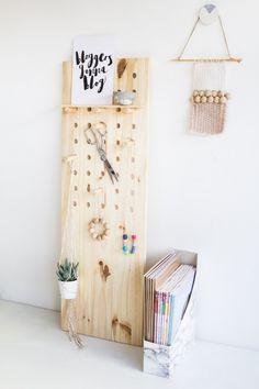 déco chambre ado fille à faire soi-même - planche de bois transformée en porte-cintres mural et porte-bijoux, avec une petite étagère encastrée