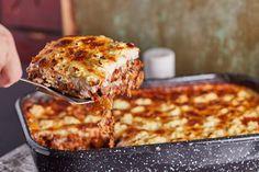 Görög kaja kis csavarral: vega muszaka | Street Kitchen Naan, Lasagna, Baking Recipes, Feta, Macaroni And Cheese, Easy Meals, Cooking, Ethnic Recipes, Street