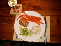 Onder anderen: aardappelwaaier met kaas, gegratineerde wortel en salade