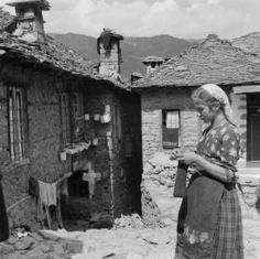 Greece, woman knitting outside homes in Métsovon - AGSL Digital Photo Archive - Europe - UWM Libraries Digital Collections Vintage Photos Women, Vintage Photographs, Vintage Images, Pictures Of People, Old Pictures, Old Photos, Knit Art, Greek History, Old Photography
