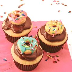 Cream-filled Doughnut Cupcakes How about donut holes on top of cupcakes! Love Cupcakes, Yummy Cupcakes, Cupcake Cookies, Cupcake Wars, Heart Cupcakes, Cupcake Flavors, Cupcake Recipes, Dessert Recipes, Cupcake Ideas