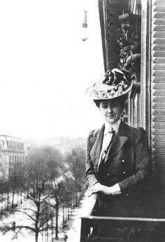 """Agatha Christie en París, 1906. ********************************* """"Aprendí que no se puede dar marcha atrás, que la esencia de la vida es ir hacia adelante. La vida, en realidad, es una calle de sentido único."""" -Agatha Christie, de """"Miss Marple""""-"""