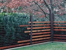 39 Unique Garden Fence Decoration Ideas - About Expert Design Backyard Fences, Garden Fencing, Garden Beds, Sloped Yard, Unique Gardens, Exterior Design, Wall Exterior, Exterior Siding, Landscape Design