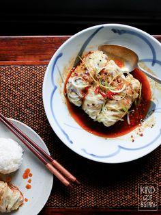 Chinese gevulde koolrolletjes in pittige Sichuan chili-olie Bar Restaurant Design, Restaurant Recipes, Design Café, Pork Buns, Steamed Buns, Dim Sum, Dumplings, Food Styling, Chili