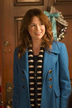 'The Mindy Project' Plans An 'Office' Christmas Party for Ellie Kemper Dumb Blonde Jokes, Ellie Kemper, Christmas Episodes, Stars Play, Office Christmas Party, The Mindy Project, Mindy Kaling, Dolly Parton, Wavy Hair