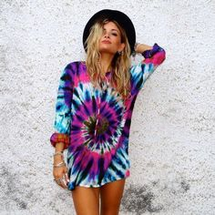 Can tie dye really ever go out of fashion? - Rad Shirt - Ideas of Rad Shirt - Can tie dye really ever go out of fashion? Cut Up Shirts, Cheer Shirts, Cute Tie Dye Shirts, Tye Die Shirts, How To Tie Dye, Tie And Dye, T Shirt Yarn, T Shirt Diy, Tie Dye Sweatshirt