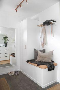 När vi renoverade köket i samarbete med Ballingslöv beställde jag även inredning till vår hall ifrån samma serie, Bistro. Jag gissar att det är fler av er läsare som också bor i små hus där…