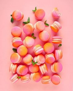 Super pretty orange and raspberry macarons! Beaux Desserts, Cute Desserts, Delicious Desserts, Dessert Recipes, Yummy Food, Peach Aesthetic, Aesthetic Food, Bonbons Pastel, Pastel Macaroons