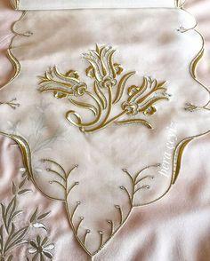 Ödemiş ipeği üzerine işlenmiş Maraş işi salon Takımı ⚜️ Siparişlerimiz itina İle hazırlanıyor ⚜️ 5 parçadır ⚜️ #salontakimi #elişi#maraşişi #instagram #luxury #luxuryhome #homemade #homedecor #handmade #gift #hediye #exclusive #homemade #evtekstili #peraceyiz http://turkrazzi.com/ipost/1525622775711239549/?code=BUsGdTXg419