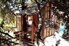 Treehouse in a National Park. A nice hut up in a tree accessed by a hanging bridge. It was built in the middle of Sierra de Huétor Natural Park and overlooks the spectacular Sierra Nevada mountains. Located in Huétor de Santillán, Andalucía, Spain. Luxury Tree Houses, Cool Tree Houses, Tiny Houses, The Places Youll Go, Great Places, Places To Go, Mini Chalet, Sierra Nevada, Stay In A Treehouse