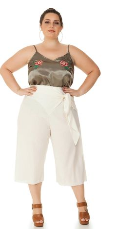 Calça Plus Size Pantacourt Off White peça prática e confortável para seu dia a dia.   #estilo #modaplussize #estiloplussize #eusouplus #meuestiloplussize #beline #belineplussize #roupasplussize #roupasfemininas #modafeminina #plussize #look #lookdodia #model #boutique #lookbook #fashion #moda #calca #calcaplussize