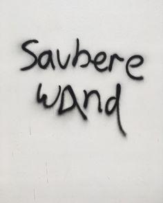 It says clean wall #sauberewand #cleanwall #rigaerstrasse #gentrification #zanderroth #contestedspaces #architecturewars #architectureguerilla #graffitijokes #streetjokes