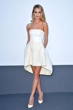 Jeudi 23 mai, le top britannique assistait au gala annuel de l'amfAR à l'hôtel Eden Roc d'Antibes en robe asymétrique réalisée sur mesure par la maison de couture.