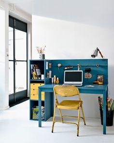 Geen ruimte voor een eigen werkkamer? Maak van een simpele tafel van Ikea een knusse werkplek waar je al je spullen kunt opbergen