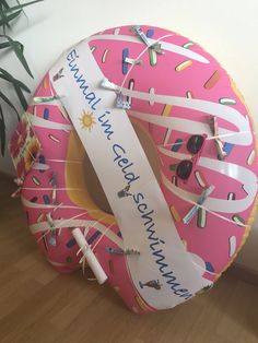 Einmal in Geld schwimmen💦 Swim hoops - wrap a gift ribbon - fold the money and put it in - decorate Presents For Kids, Diy Presents, Diy Gifts, Birthday Gifts For Kids, Diy Birthday, Birthday Presents, Don D'argent, Gift Ribbon, Present Gift