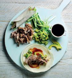 These Crispy Duck and Avocado Pancakes from The Avocado Cookbook make for a great weekend treat. This version builds on the Chinese favourite by adding cool, mashed avocado. Chinese Dinner, Chinese Food, Gok Wan Recipes, Mashed Avocado, Duck Recipes, Braised Chicken, Chicken Drumsticks, Hoisin Sauce, Easy Meals