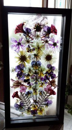Esto es un uno-de-a-kind hecha con flores muy presionadas. Las flores prensadas son pegadas a la pieza trasera de vidrio y luego aseguró en el marco de una vez la pieza superior del vidrio fue agregada. Así que las flores son entre dos piezas de vidrio en este marco flotante. Con el marco, la pieza mide unos 13 cm alto y unos 7 cm de ancho. Es una hora y media pulgadas de espesor. Algunas de las flores delicadas, recomendadas incluyen los girasoles, hojas de un surtido de pensamientos…