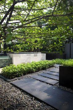 aménagement du jardin moderne: plaques en ardoise et galets