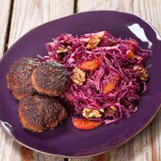 Frikadeller opskrift med rødkålssalat - se opskriften lige her Cabbage, Spaghetti, Favorite Recipes, Vegetables, Ethnic Recipes, Food, Velvet, Meal, Essen