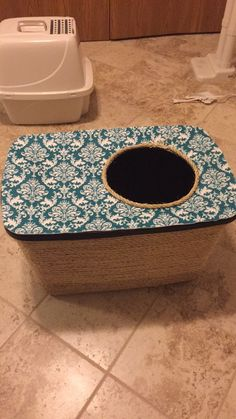 Reuse an old tote to make a cute no-mess litter box!