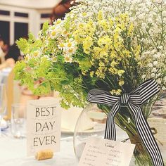 ゲストテーブルの装花はグリーンとイエローとホワイトで♡予想外に大きかったという花束は、フローリストさんが「大サービス」してくれたそう。ご新婦さまご指定のストライプのリボンでまとめられているのも、とってもおしゃれ。センスが光ります* Wedding Guest Table, Wedding Table Flowers, Wedding Colors, Flower Decorations, Wedding Decorations, Table Decorations, Natural Bouquet, Wedding Notes, Striped Wedding