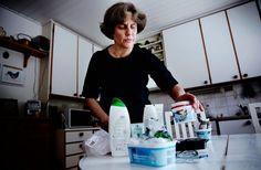 Muovipakkauksia tulee kotiin todella paljon, arvioi Soila Metsalo keittiönpöytänsä ääressä Espoon Laurinlahdessa. Kun muovinkeräys alkaa tammikuussa, hän aikoo viedä muovipakkaukset kauppamatkan yhteydessä kaupan pihalla olevaan ekopisteeseen. Samalla hän vie pienmetallit, lasipurkit ja kartonkipakkaukset.