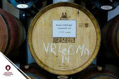 Скорость окисления и экстракции фенолов и ароматических веществ из древесины бочки в настаиваемое в ней вино зависит от отношения внутренней поверхности емкости к ее объему. Чем меньшего размера бочка, тем интенсивнее проходят в жидкости все процессы, связанные с бочкой. У виноделов 225-литровый баррик является самым ходовым размером, именно такие бочки используем и мы в Лефкадии