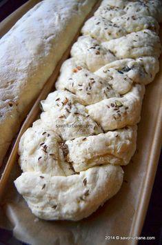 Paine cu seminte de dovleac, ceapa si parmezan   Savori Urbane Parmezan, Gluten, Bread, Food, Brot, Essen, Baking, Meals, Breads