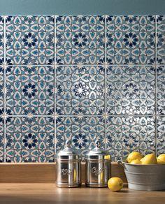 """Moroccan tiles keittiössä! ehkä aavistuksen """"liikaa"""". Mutta ei sen keittiön laatankaan tarvi olla aina yksiväristä."""