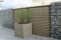 Sichtschutz Holz mit Gabionenelementen