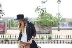 Motivos e inspiración con un toque Rock, Soft Grey se renueva con aires modernos. Y pasando a un look más folk: bordados, flecos, faldas largas con un toque años 70… ¡Un aspecto cuidado y cool!