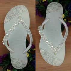 Legítima Havaiana Slim branca customizada com detalhes em lonita rendada na sola, bordado de pérolas com cristais e manta de strass na tira encapada com fita de cetim para dar o toque final e calcanhar de pérolas. Tamanhos disponíveis: 33/34 35/36 37/38 39/40 41/42 Uma ótima opção para qu... Diy Wedding Shoes, Purple Wedding Shoes, Mode Shoes, Up Shoes, Shoe Crafts, Sewing Crafts, Fotos Baby Shower, Flip Flop Craft, Bling Flip Flops
