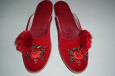 Szegedi papucs Hungarian Embroidery, Folk Embroidery, Embroidery Patterns, Folk Costume, Costumes, Statues, Folk Art, Slippers, Textiles