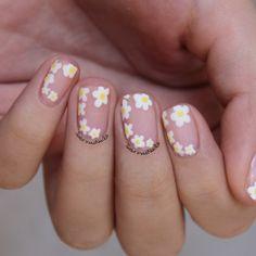 Daisy Nail Art - For more details visit sabrinasnails.blo... :) #nails #nailart #daisynails #flowernails #floralnails #essie #essielook #essiemademoiselle #cutenails #nailblogger #sabrinasnails