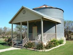 A grain silo tiny house in Texas that you can book a stay in at the Gruene Homstead Inn. It's a grain silo converted into a loft home. Tiny House Living, Cozy House, Two Bedroom Tiny House, Grain Silo, Hotel Inn, Unusual Homes, One Bedroom Apartment, Bedroom Loft, Upstairs Bedroom